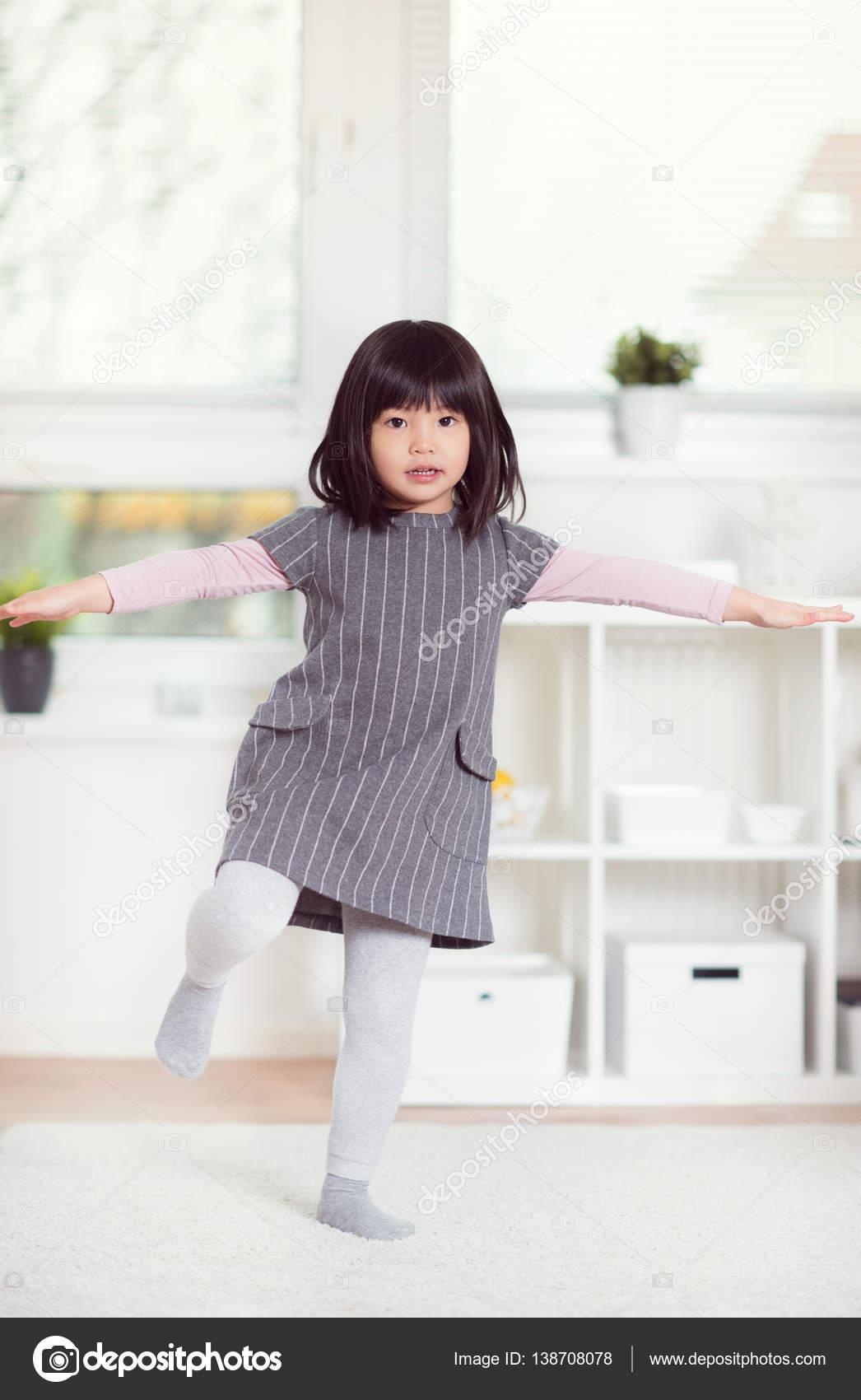 ワイトのカーペットの上に横たわる日本かわいい女の子の肖像画