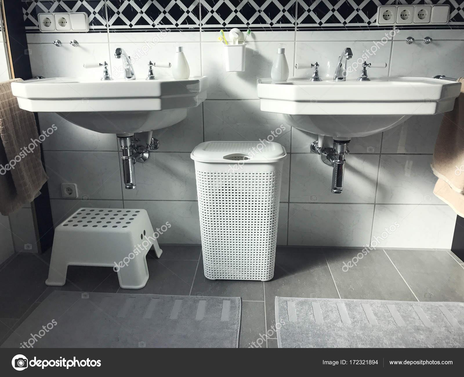 Schwarz / weiß-modernes Bad-Innenansicht — Stockfoto © petrograd99 ...