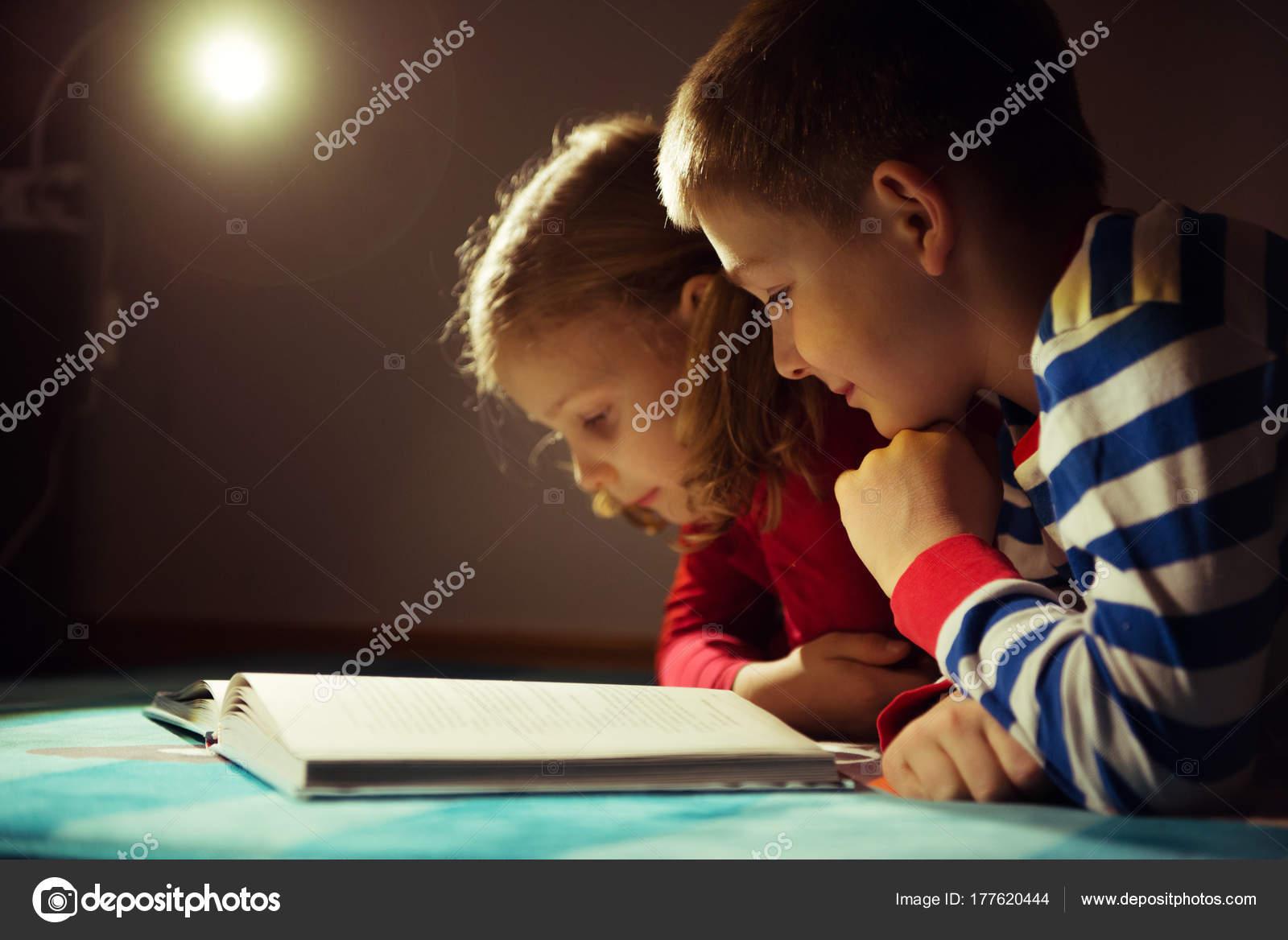 Сестра читала книгу а брат начал приставать, Сестра пристаёт к брату -видео. Смотреть Сестра 14 фотография