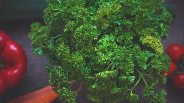 Lassított felvétel az őszi zöldségszüretről vintage fa háttérrel. Vidéki csendélet felülről