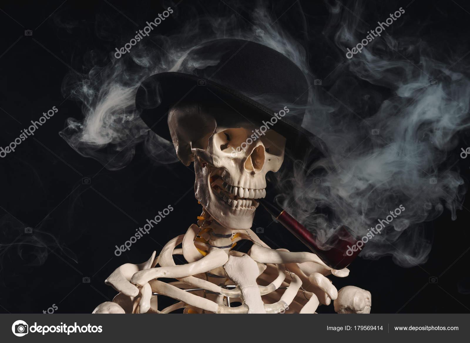 Skelett in Bowler-Hut-Pfeife — Stockfoto © Elisanth #179569414