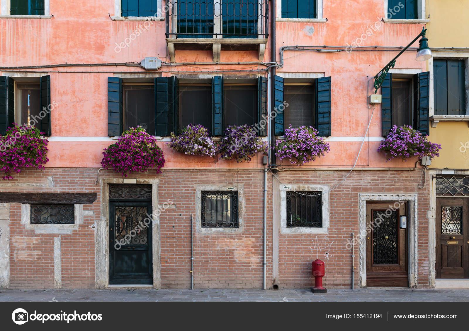 Gevel van het oude huis in venetië u2014 stockfoto © observer #155412194