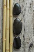 Oblázkové kameny a bambus