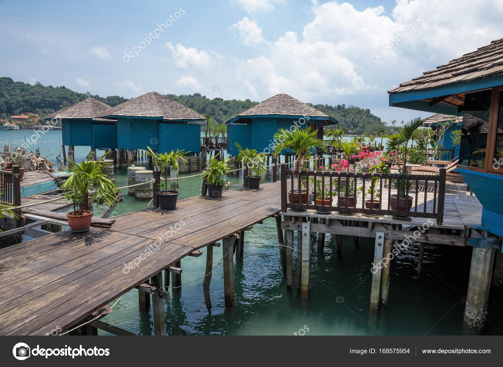 Case su palafitte nel villaggio di pescatori di bang bao for Piani di case costiere su palafitte