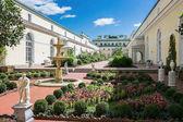 Nádvoří s květinami v Winter Palace St. Petersburg