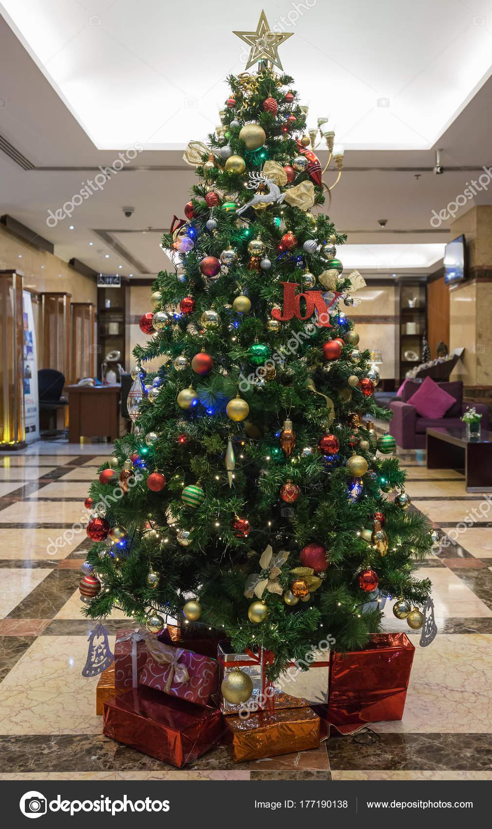 Arbol Navidad Decorado Con Caja Regalos Vestibulo Del Hotel Fotos - Arbol-de-navidad-decorado