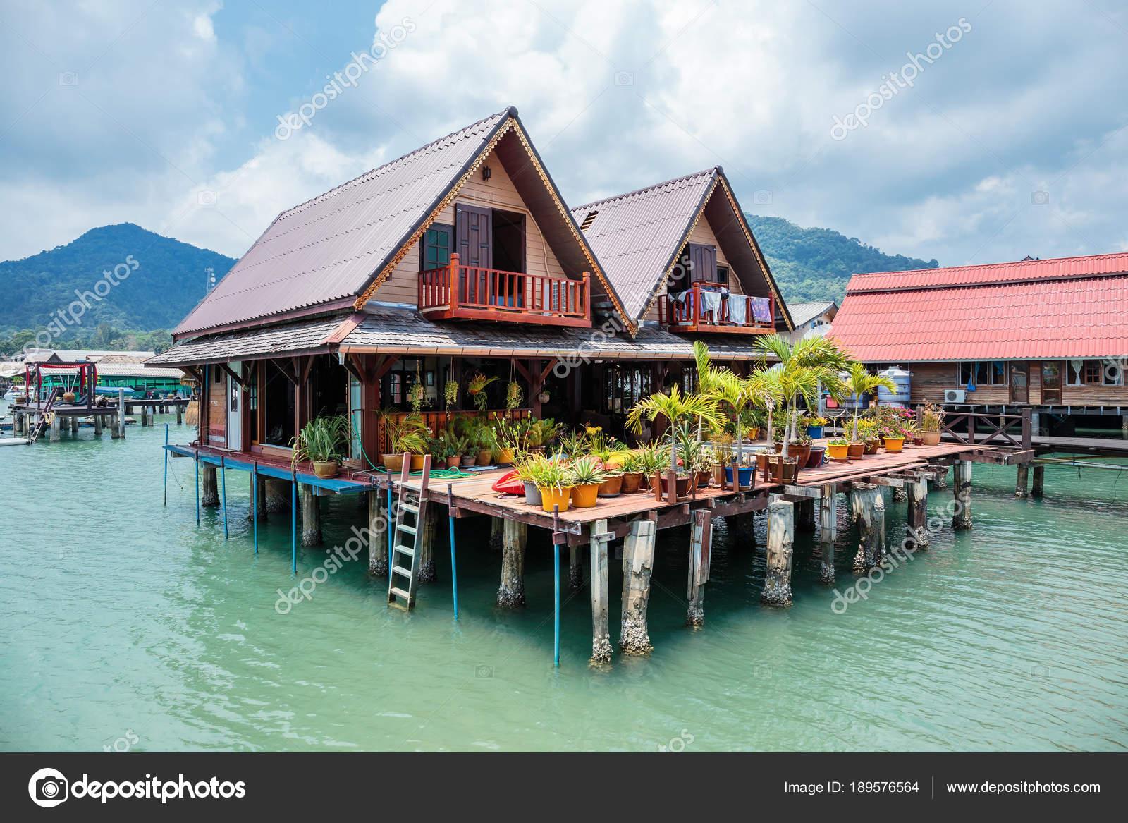 h user auf stelzen fischen dorf bang bao koh chang thailand stockfoto observer 189576564. Black Bedroom Furniture Sets. Home Design Ideas