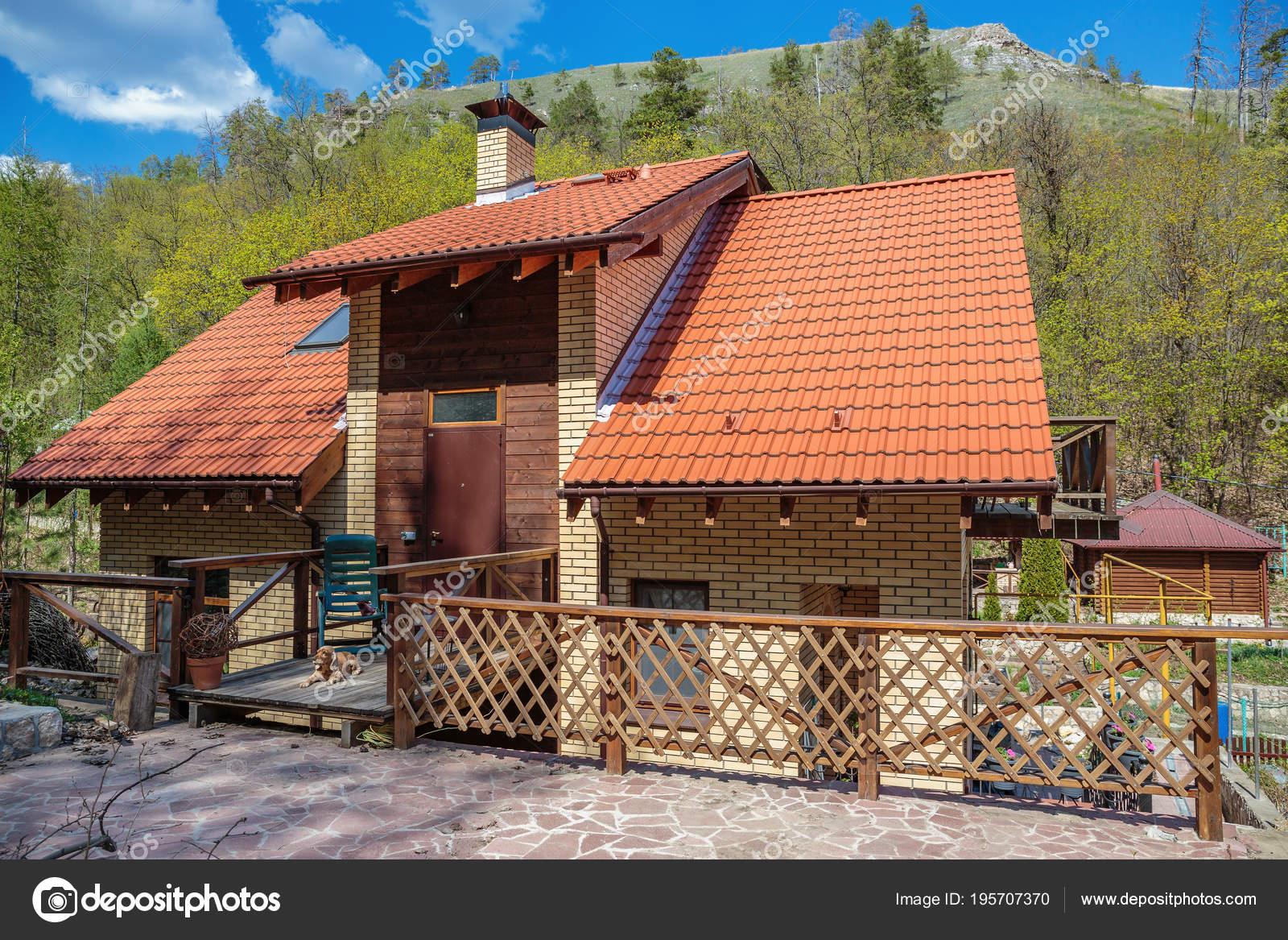 Maison Campagne Moderne Avec Toit Tuiles — Photo éditoriale ...