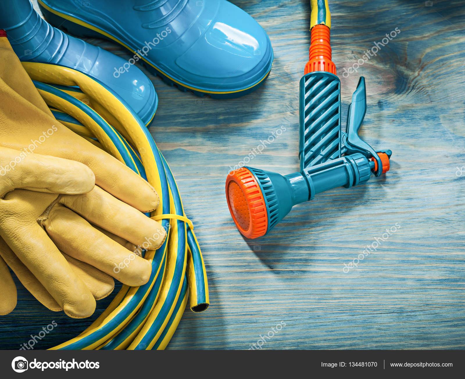 e6cd1702c25 Αδιάβροχο καουτσούκ μπότες με προστατευτικά γάντια και μάνικα κήπων, την ξύλινη  σανίδα, κηπουρική έννοια — Εικόνα από mihalec