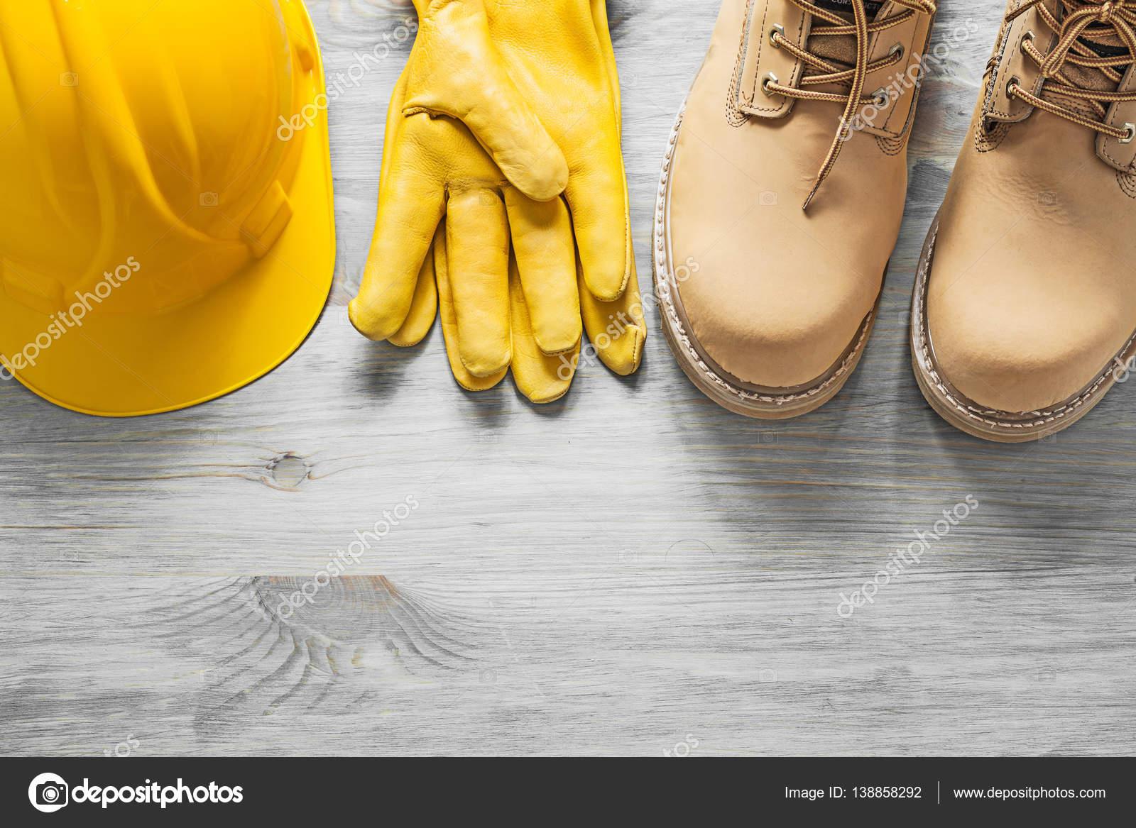 b487f1e2aac Ζευγάρι των αδιάβροχη μπότες κράνος Γάντια ασφάλειας δέρματος για  επαγγελμα– εικόνα αρχείου