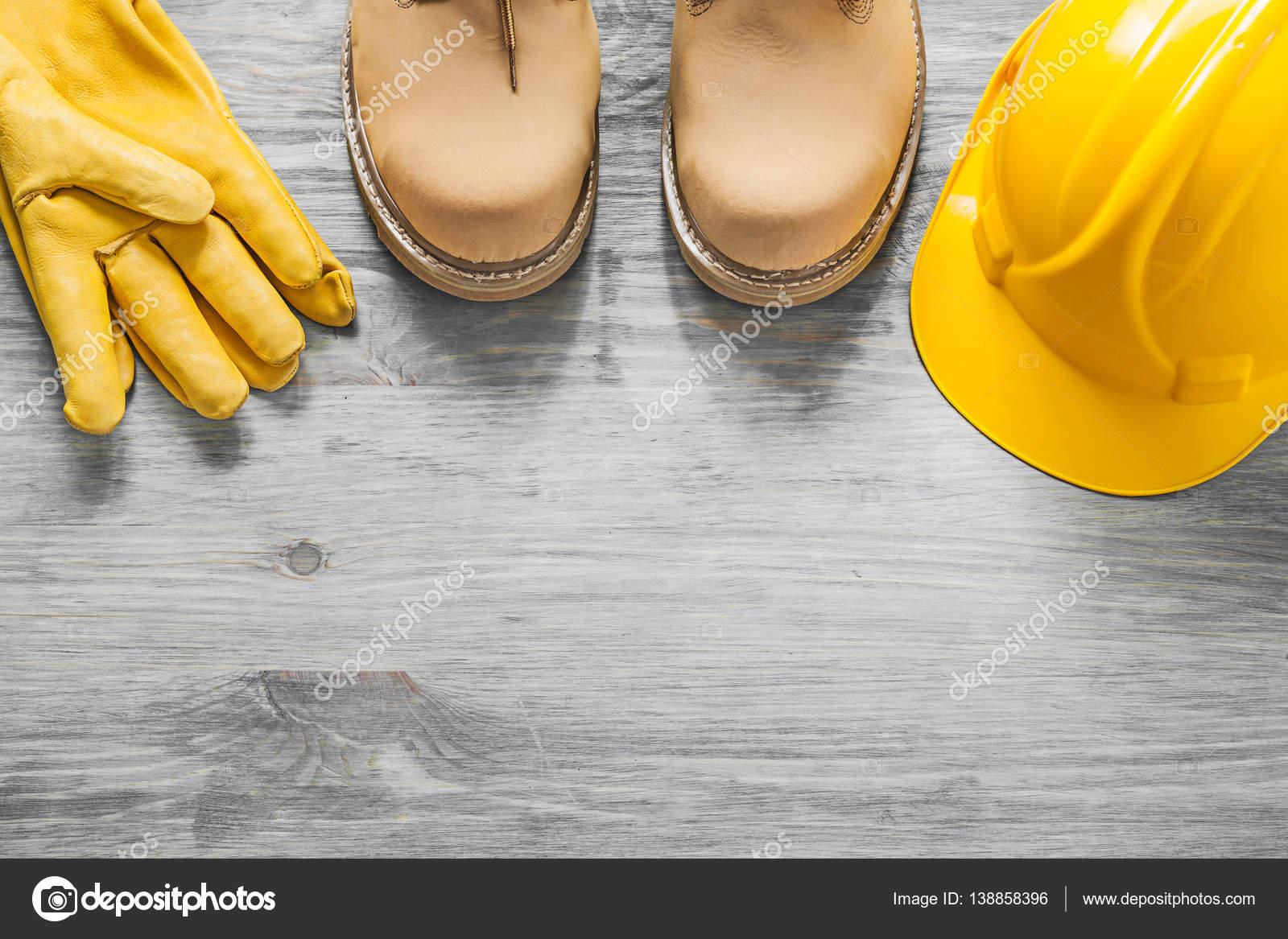 39e814d8c44 Αδιάβροχο lace μπότες κράνος γάντια προστασίας με βάση ξύλινη σανίδα  κατασκευαστική αντίληψη — Εικόνα από mihalec