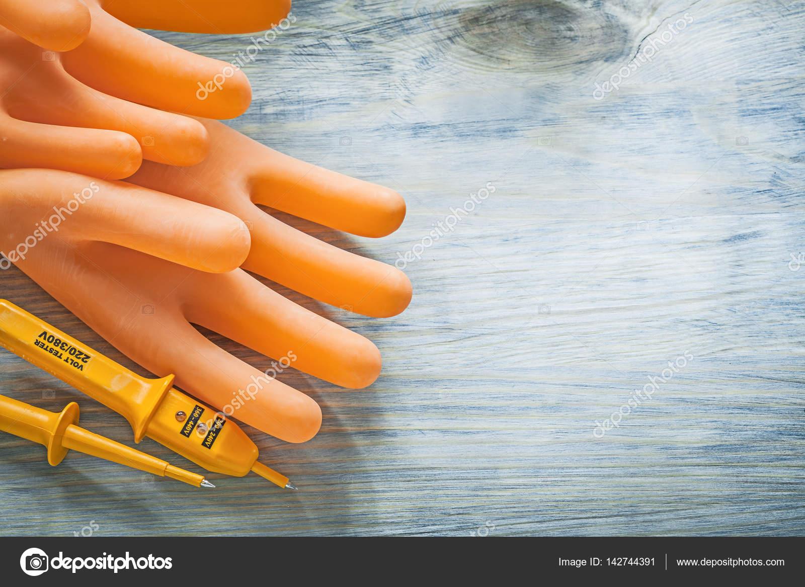 Ηλεκτρική tester ζευγάρι γάντια Ηλεκτρολόγοι ξύλινη σανίδα έννοια  ηλεκτρικής ενέργειας — Εικόνα από mihalec a9e50494008