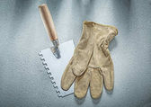Fotografia Vernice raschietto guanti di sicurezza su con costruzione superficie di calcestruzzo