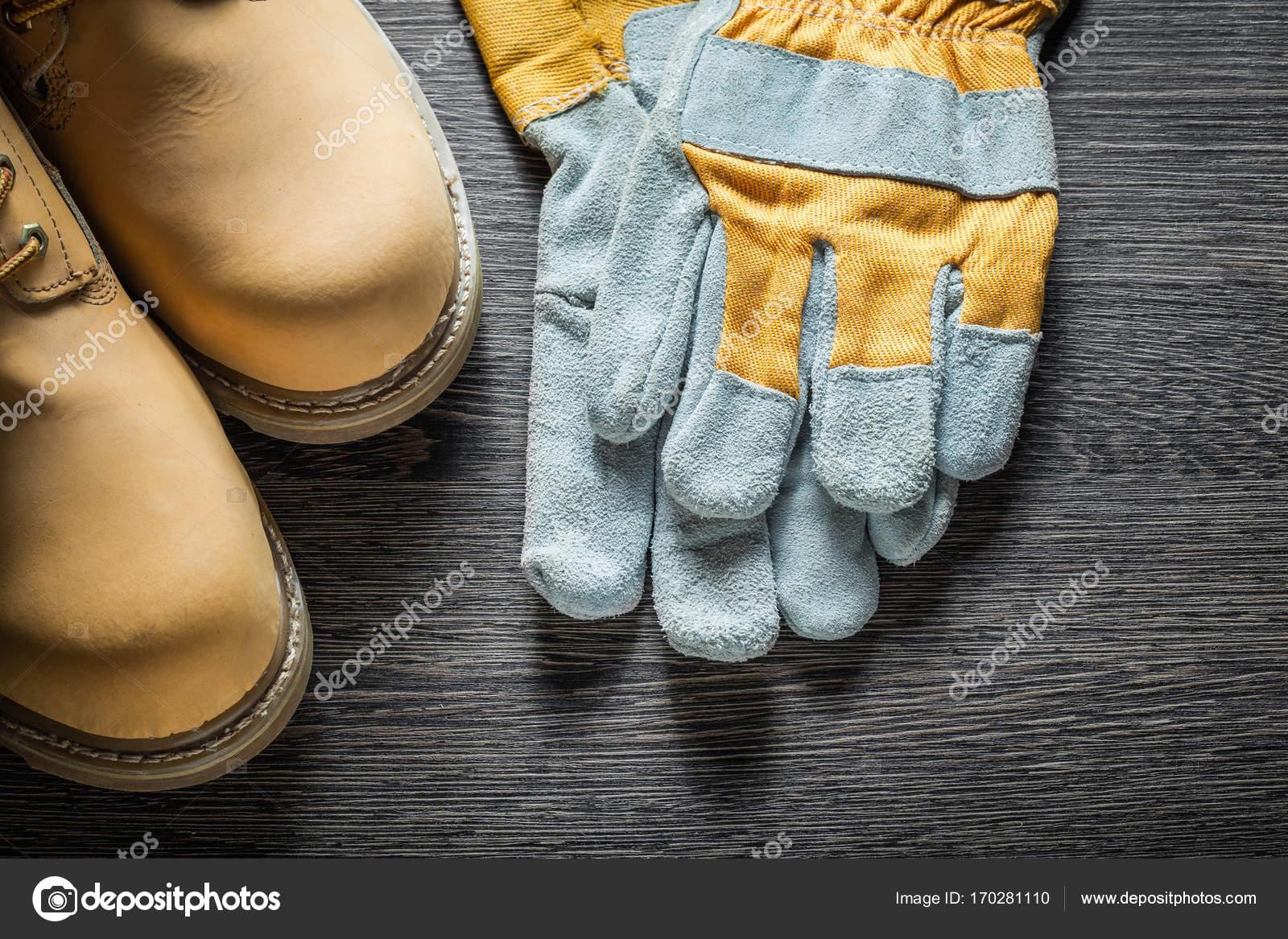 767630905e2 Ασφάλεια γάντια ξύλινη σανίδα μπότες εργασίας — Φωτογραφία Αρχείου ...