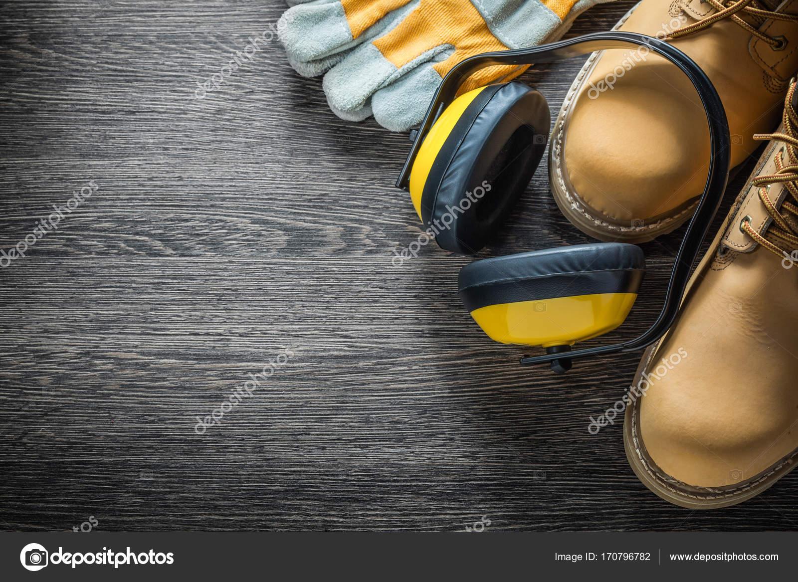 a3fd2223690 Προστατευτικά γάντια εργασίας ωτοασπίδες μπότες για ξύλινη σανίδα —  Φωτογραφία Αρχείου