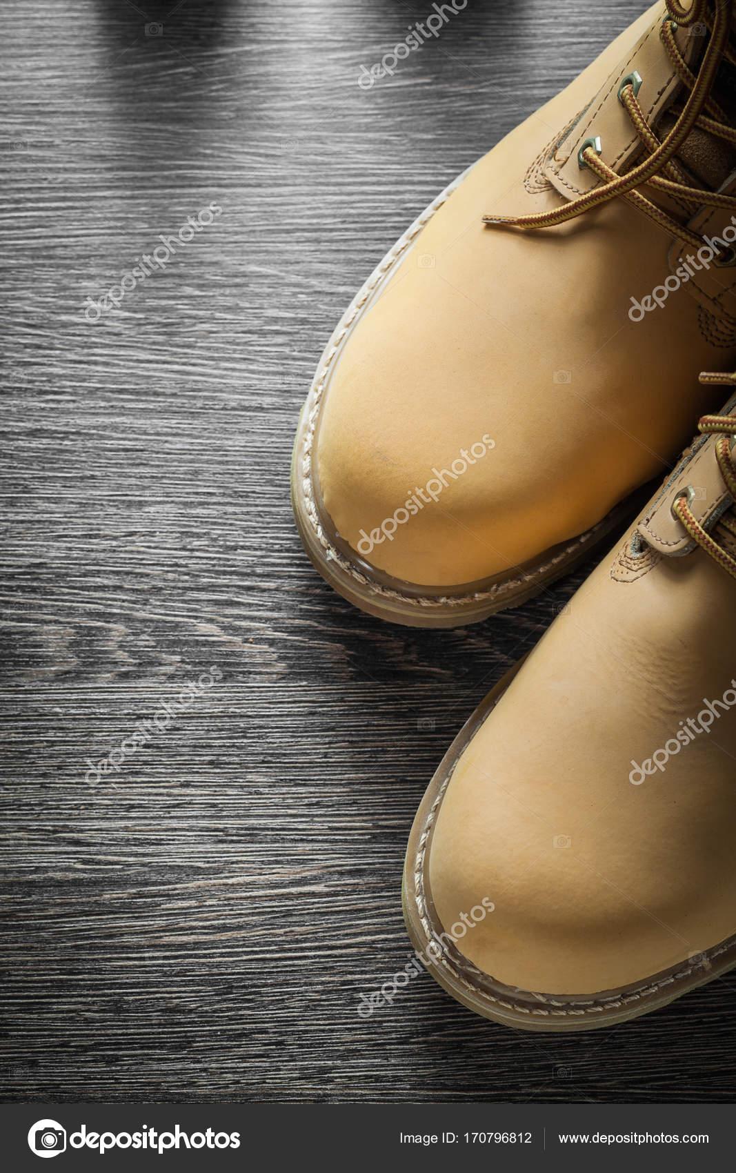 90d2c1ad3db Ζευγάρι των αδιάβροχη ασφάλεια μπότες για ξύλινη σανίδα — Φωτογραφία ...