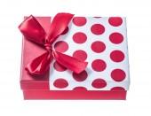 Červená zabalené krabičce izolované na bílém