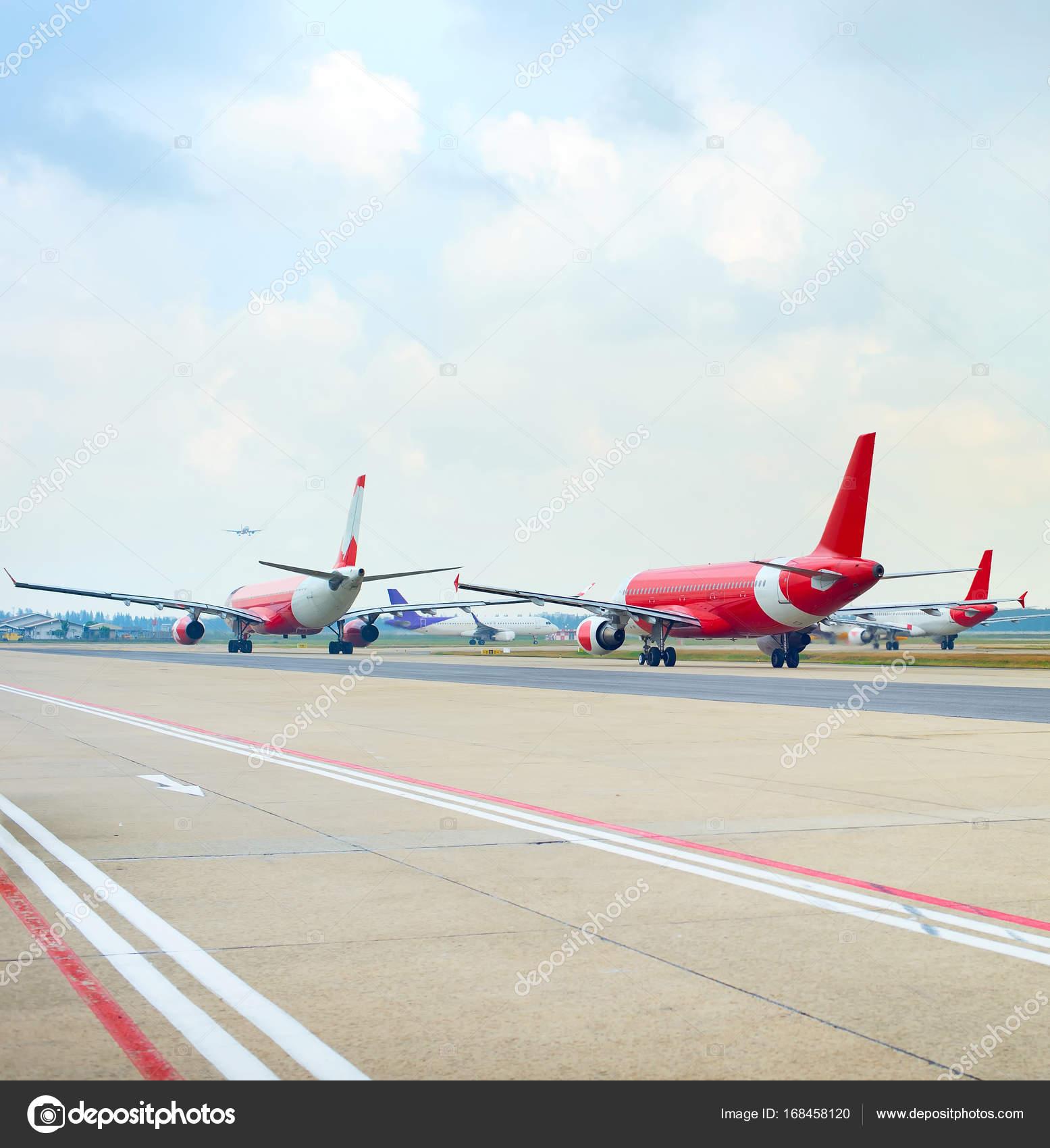 Aeroporto Bali : Pista de aeroporto cheia de aviões u fotografia de stock editorial
