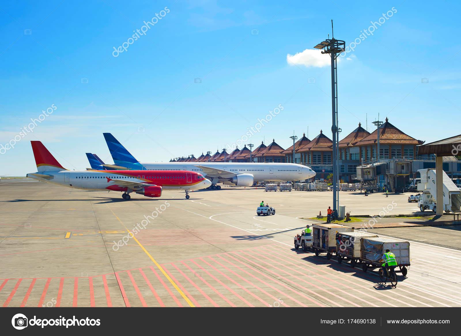 Aeroporto Bali : Aeroporto em dia de sol u fotografias de stock joyfull