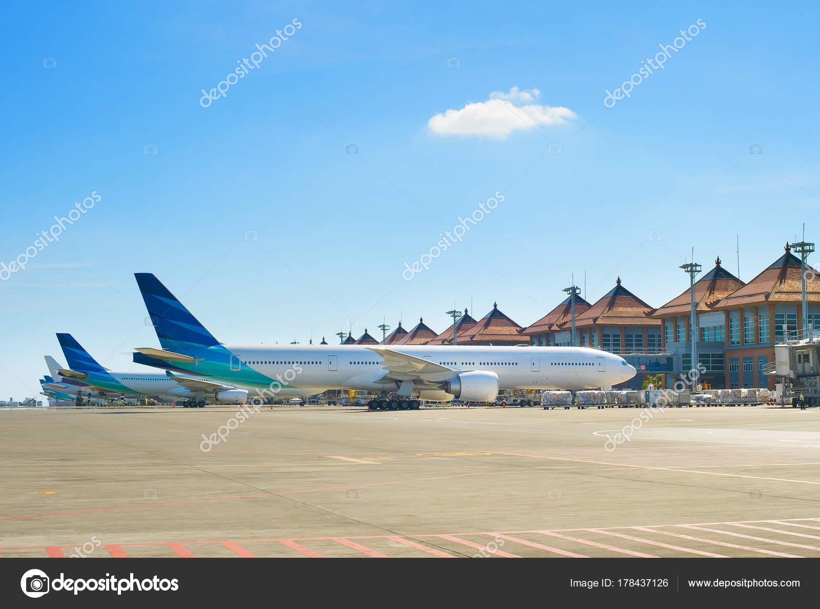 Aeroporto Bali : Aviões aeroporto bali ilha bali indonésia u fotografia de stock