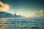 mraky nad klidné moře