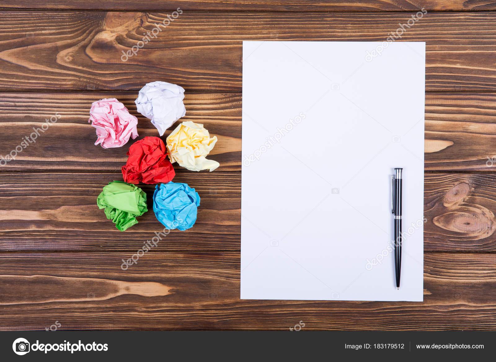 Feuille blanche papier stylo sur bureau bois clair u photographie