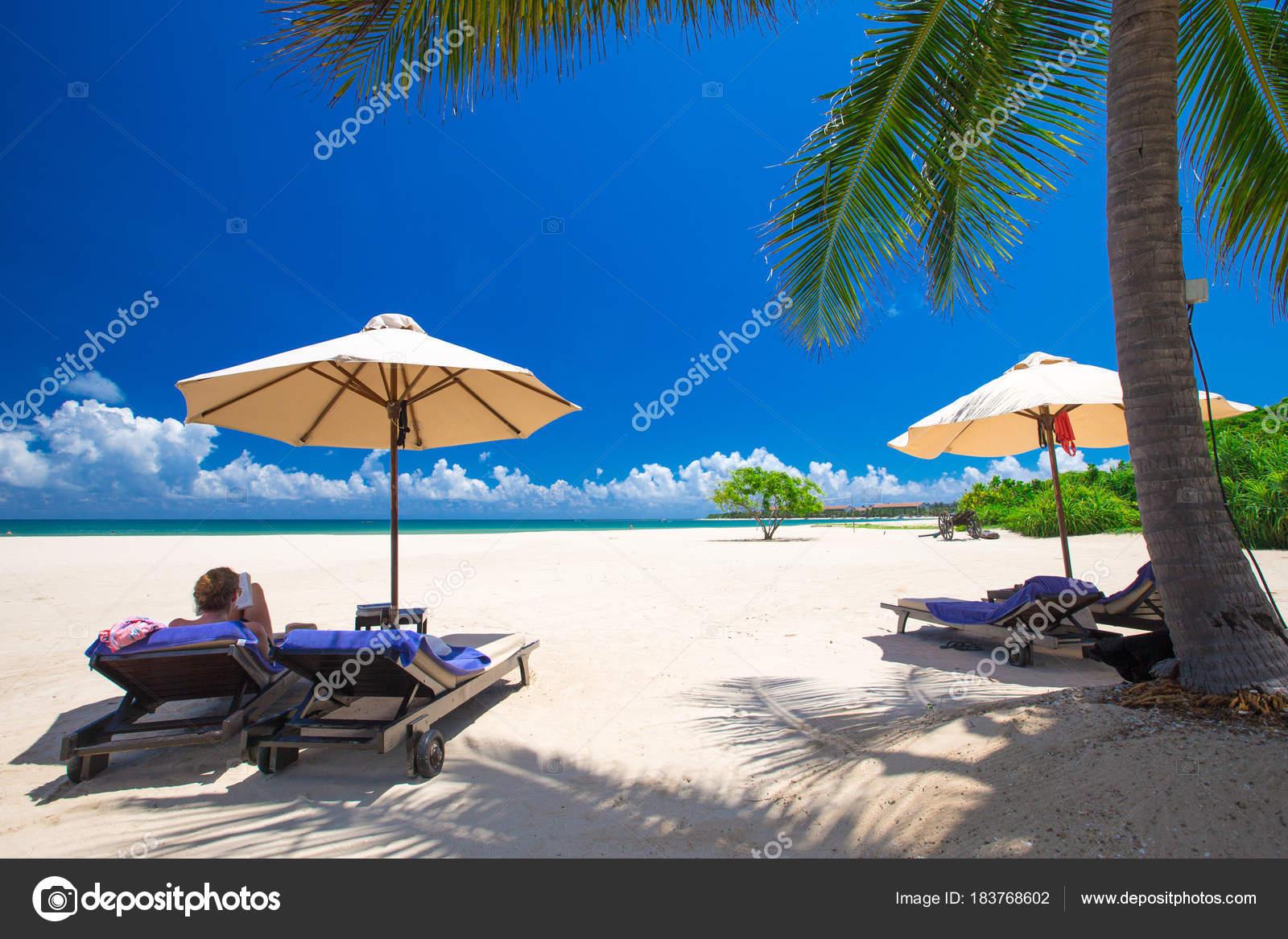 Sedie A Sdraio Per Spiaggia.Palme Sulla Spiaggia Sabbia Bianca Con Sedie Sdraio Ombrelloni