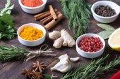 barevný výběr bylin a koření. Aromatické přísady na dřevěný stůl