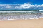 Bílá písečná pláž Karibského moře