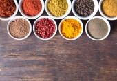 barevné koření v keramických nádobách