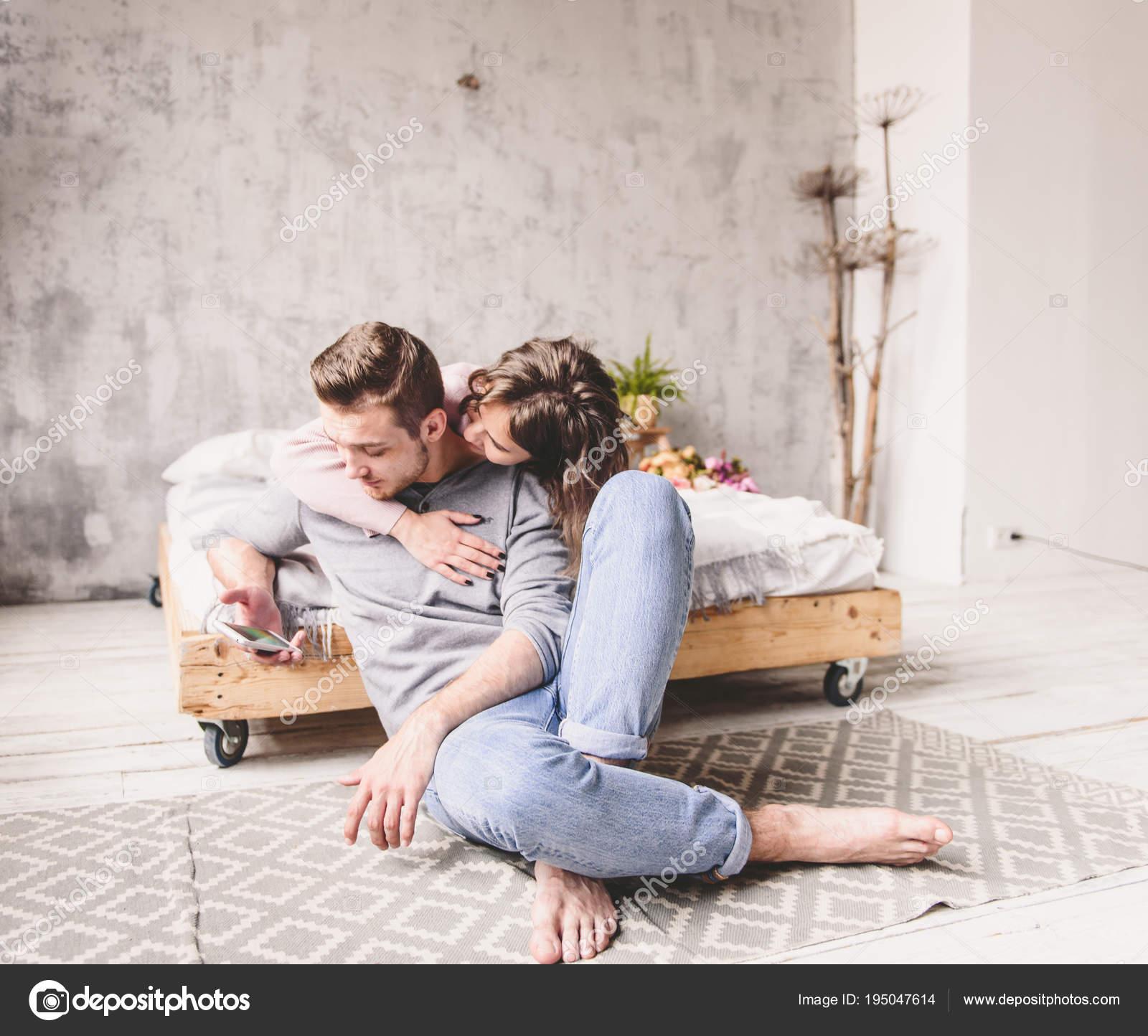 Romantische Glückliches Junges Paar Entspannen Sie Im Modernen
