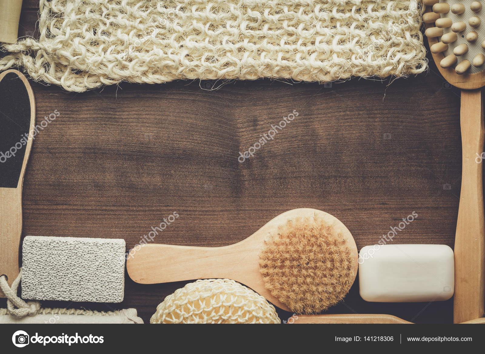 Accessori Bagno In Legno : Alcuni accessori bagno su fondo in legno marrone u foto stock