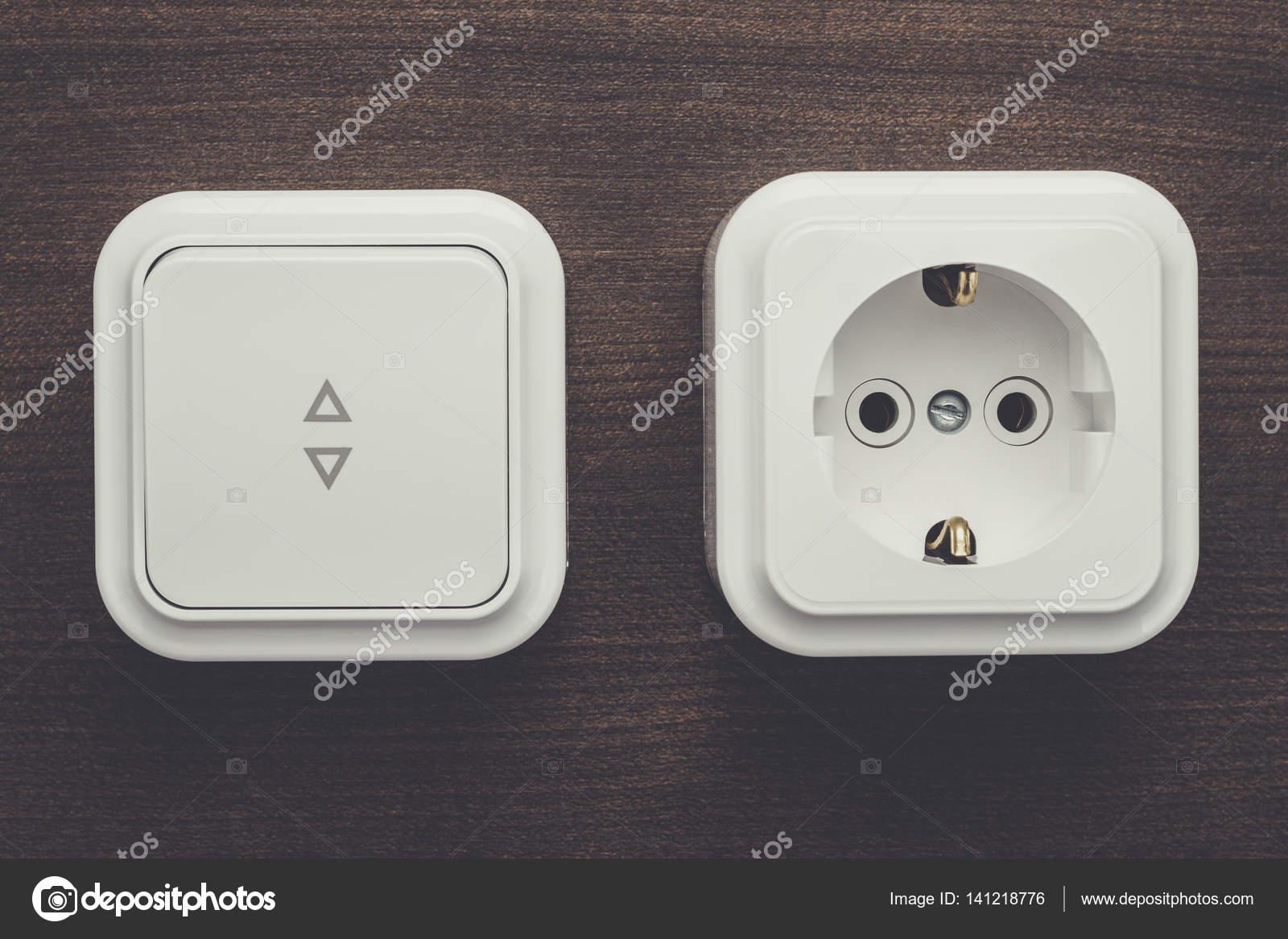 Schalter und Steckdosen an der Wand — Stockfoto © garloon #141218776