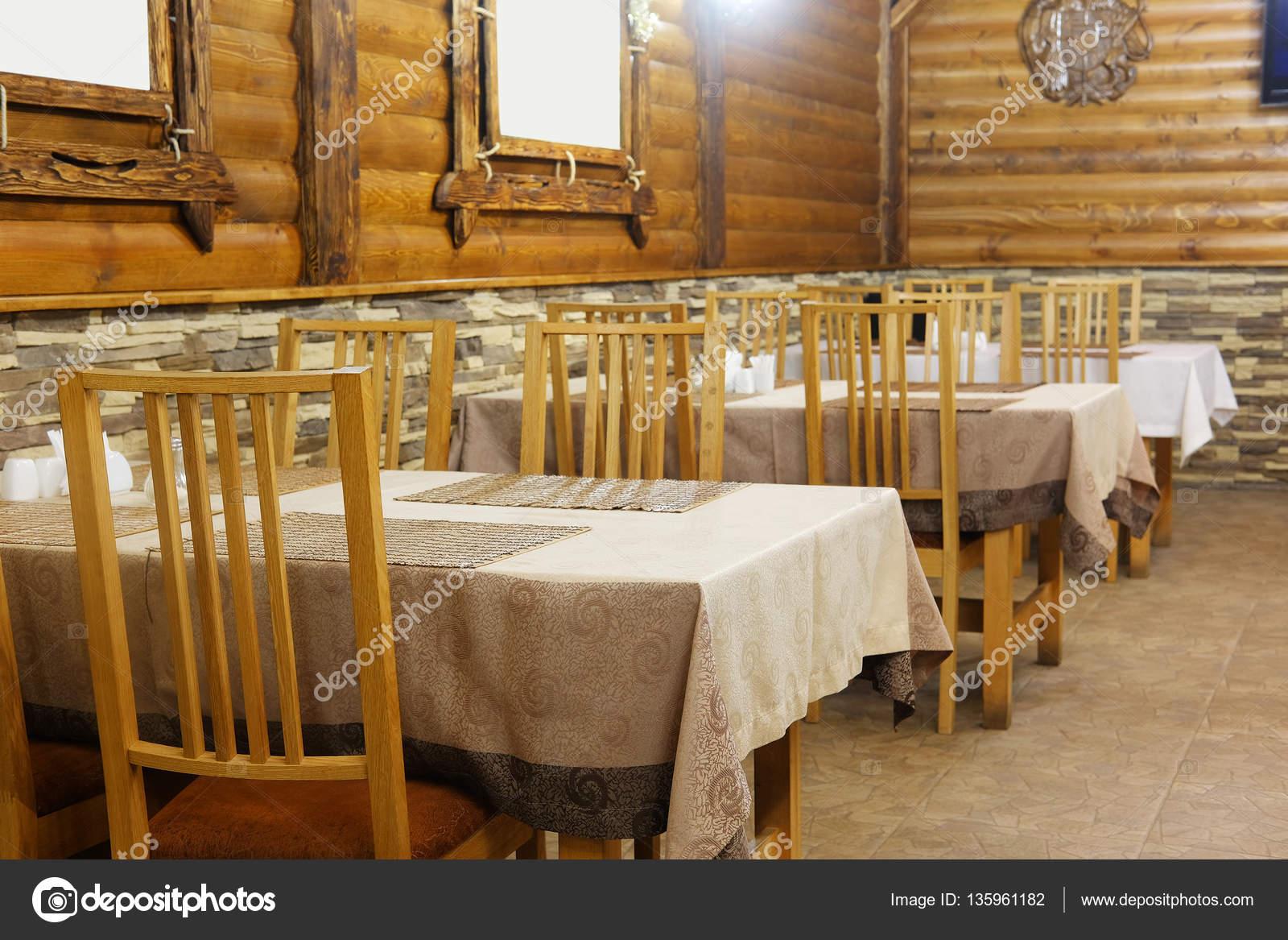 Interieur van een café in een houten huis u stockfoto uatp