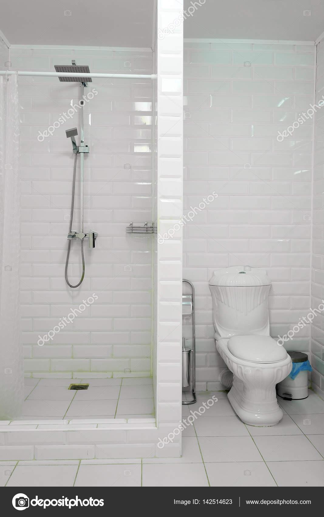 doucheruimte met toilet uitgelijnd — Stockfoto © uatp12 #142514623