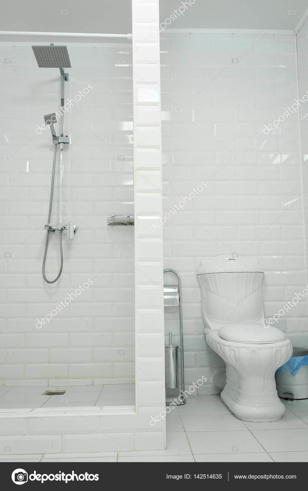 cuarto de baño con aseo — Fotos de Stock © uatp12 #142514635