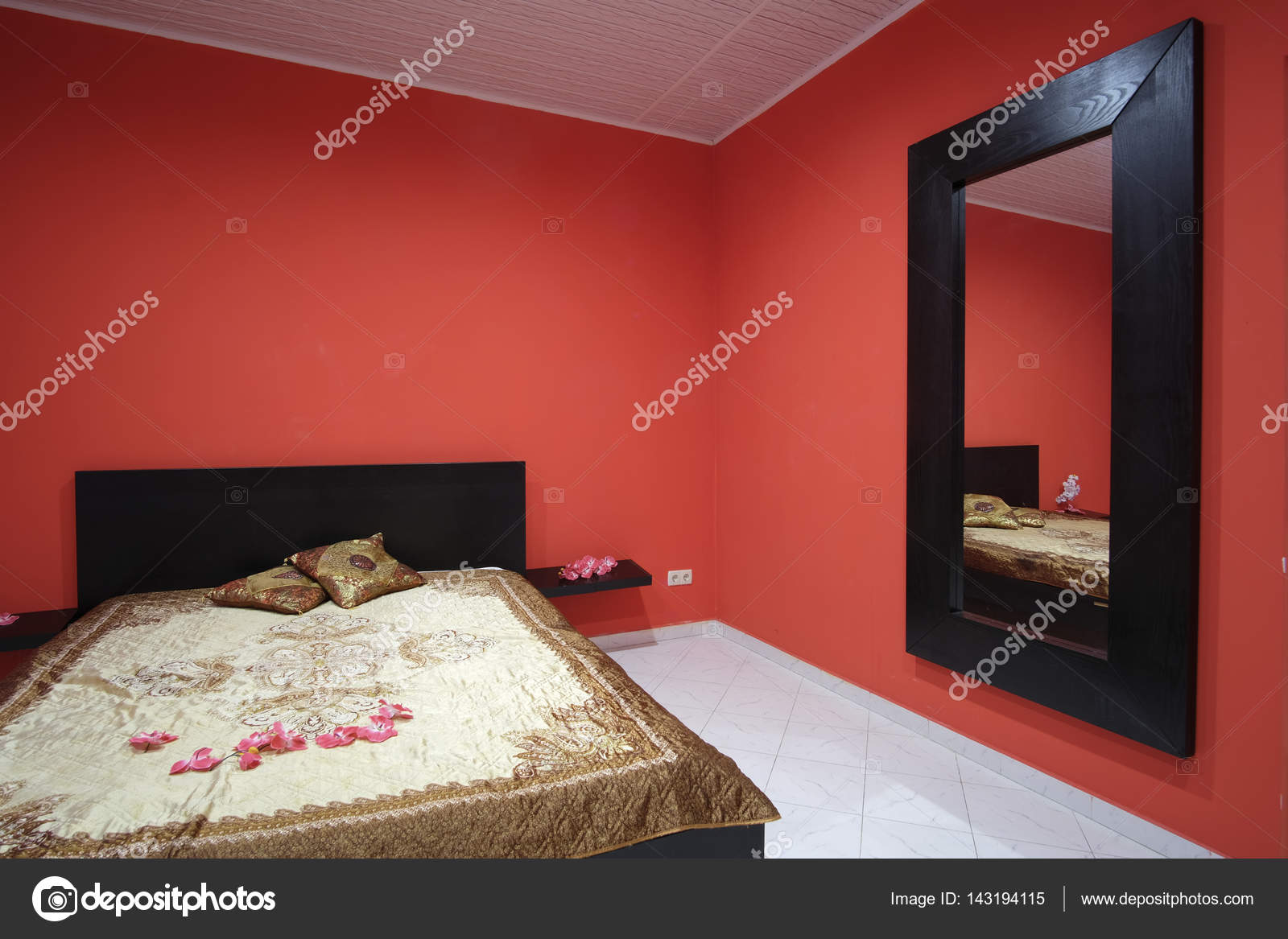 Interno di una camera da letto rossa — Foto Stock © uatp12 #143194115