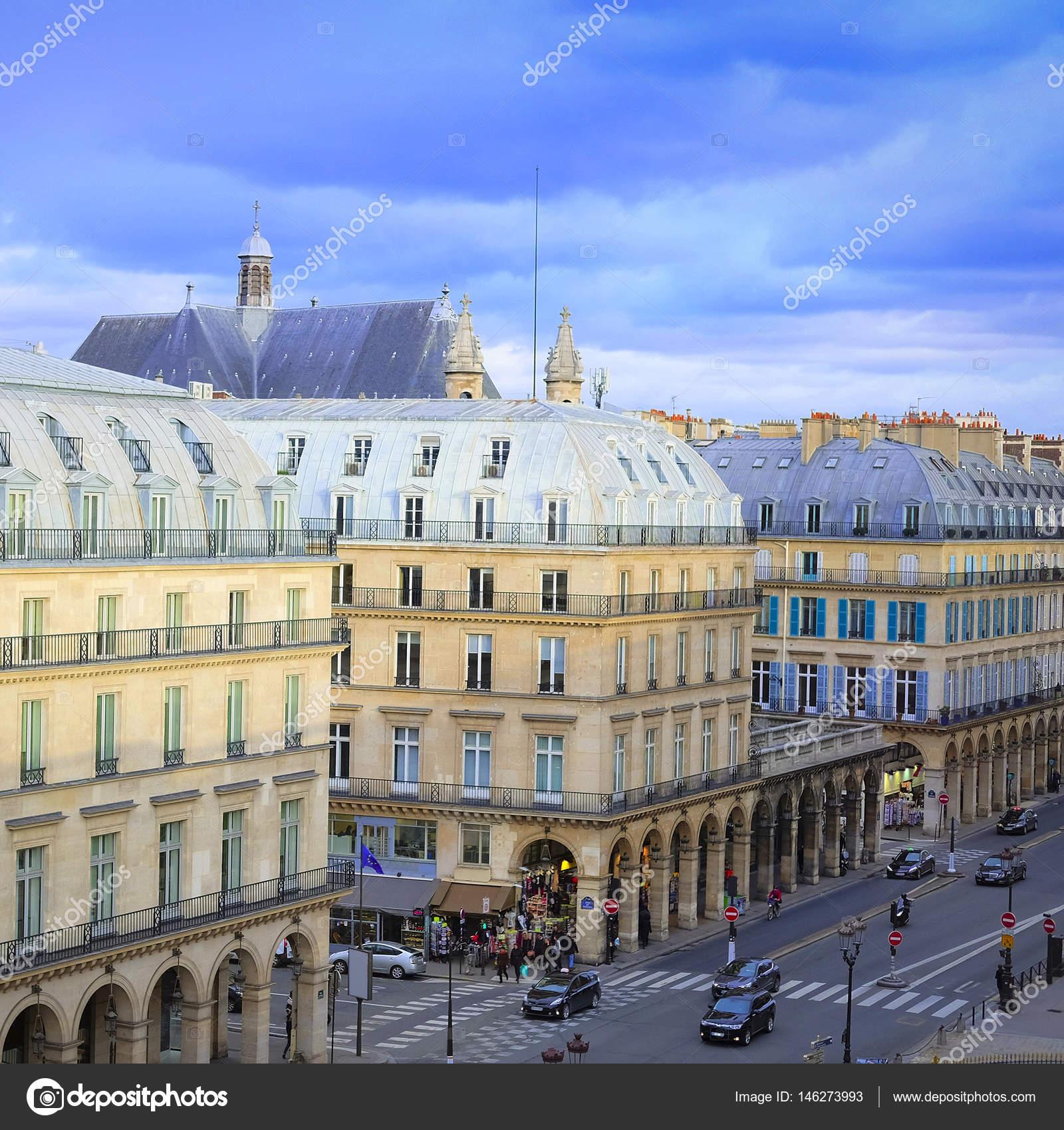 580b6c1ee075 pohled z Louvru na ulici v centru Paříže - Stock Editorial Foto ...
