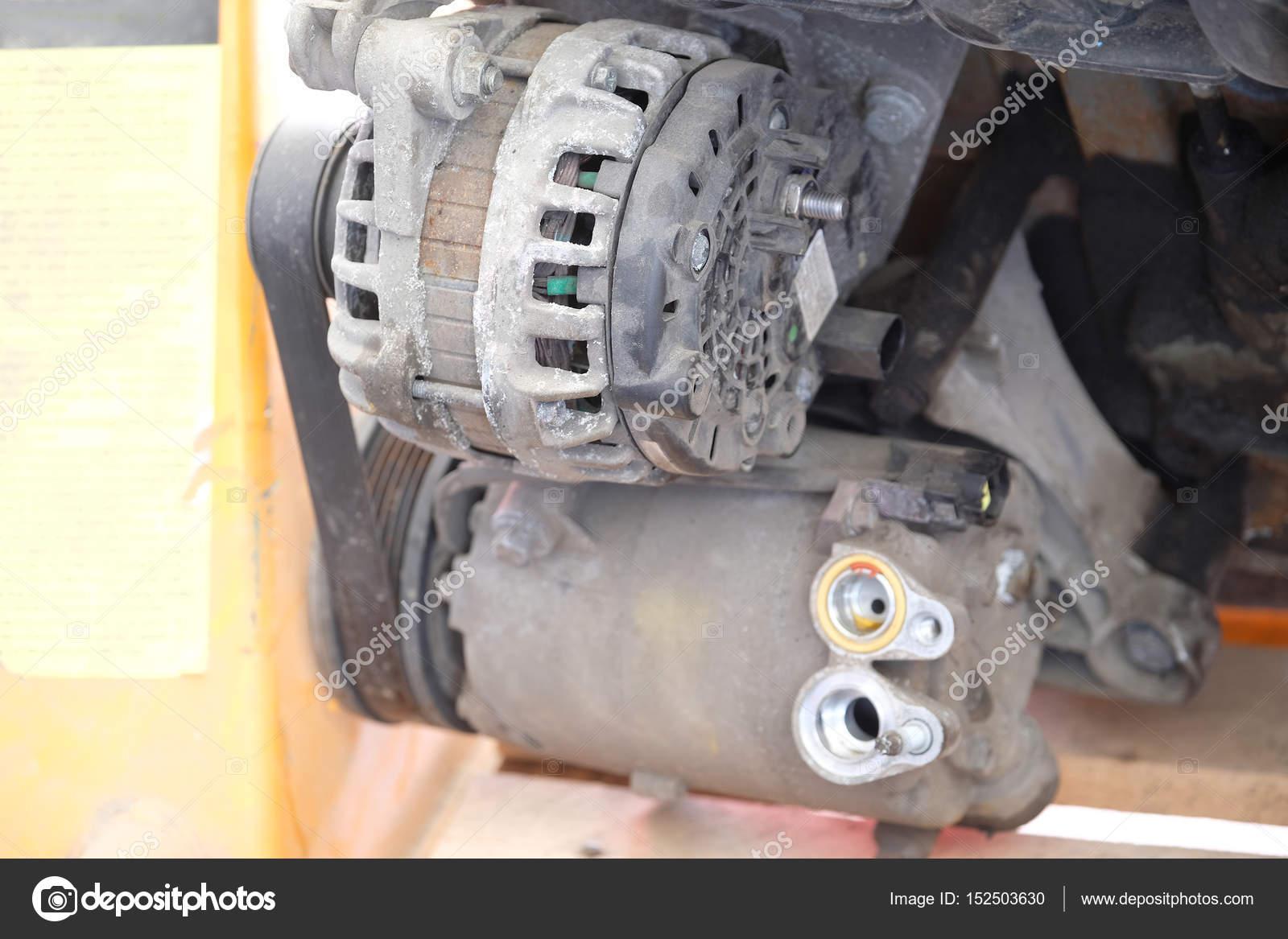 Lichtmaschine fest auf einem Automotor hautnah — Stockfoto © uatp12 ...
