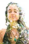 Fotografia Doppia esposizione di una giovane donna felice naturale e fiori