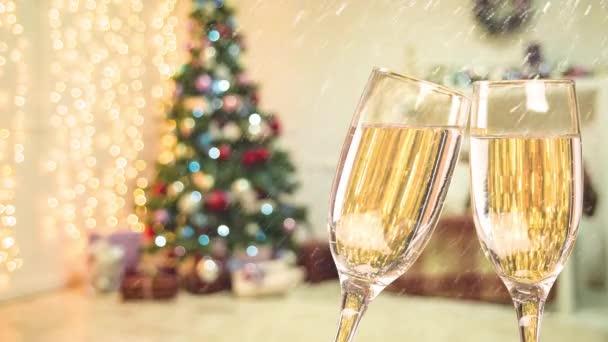 Két pohár pezsgőt asztalra az új év belső karácsonyfa és hóesésben