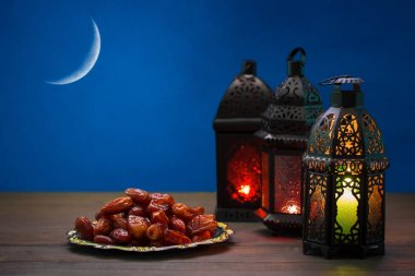 lanterns Fanus with dried dates