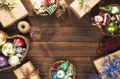 Fotografie Vánoční pozadí s dárky, hračky, míč, větve stromu