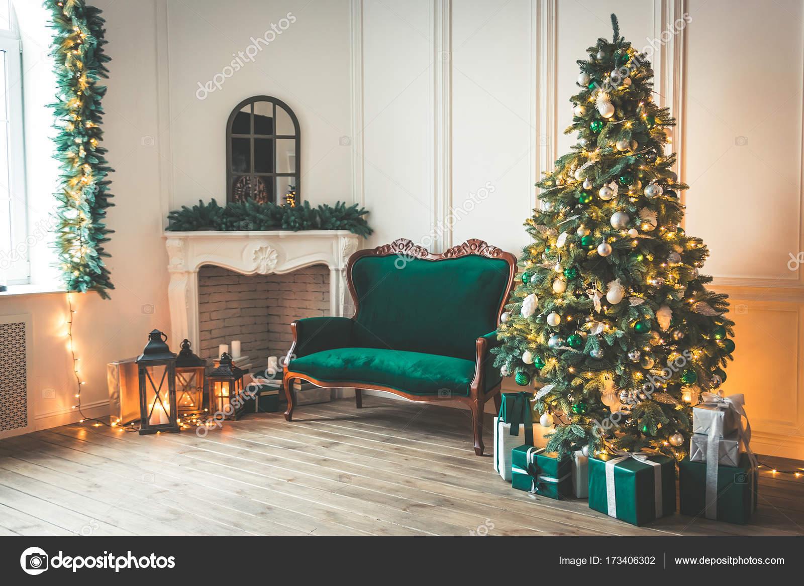 Weihnachten Wohnzimmer Mit Kamin Sofa Weihnachtsbaum Und Geschenke Schöne  Neue U2014 Stockfoto