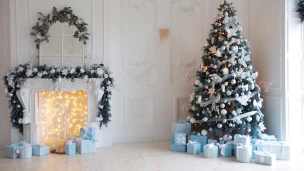 Karácsonyi díszített szoba, karácsonyfa, kandalló, csillogó fények és díszdobozok