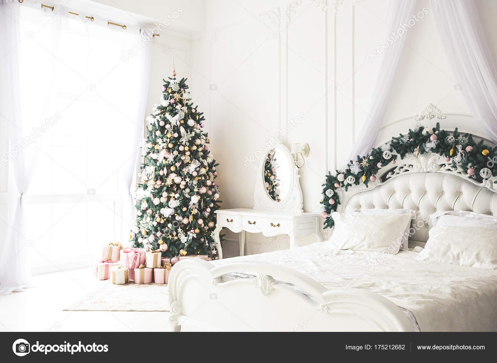 Weihnachten Wohnzimmer Mit Weihnachten, Geschenke Baum Und Bett. Schöne  Neue Jahr Dekoriert Klassische Wohnlandschaft. Winter Hintergrund U2014 Foto  Von ...