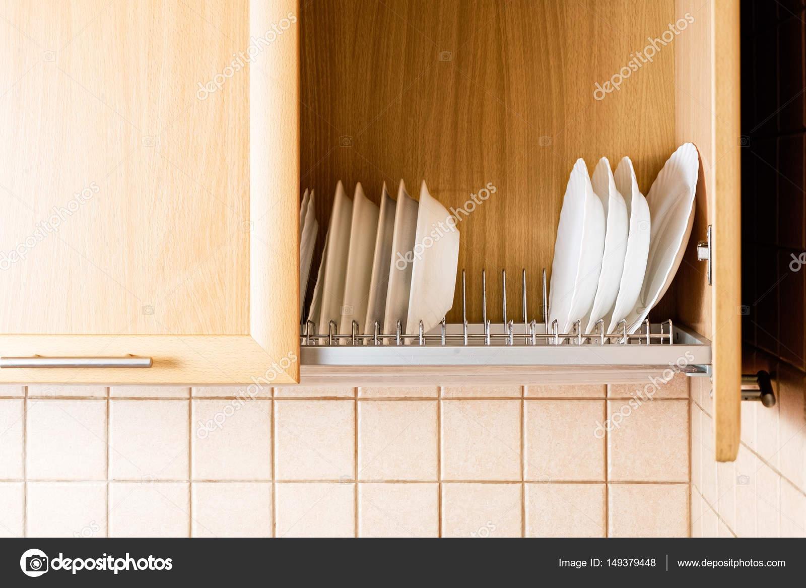 Geschirr im Küchenschrank mit offener Tür — Stockfoto © mettus ...