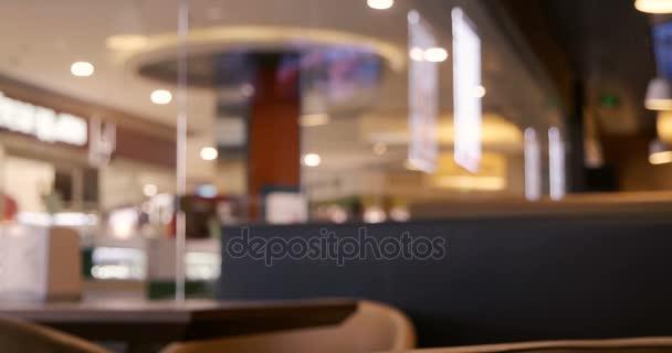 Anonymní dav lidí, kteří jdou podél okna kavárny. Malá hloubka ostrosti. Lidé rozostření záběrů. Vintage třídění