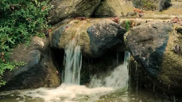 Umělý vodopád v japonské zahradě. Hardscape