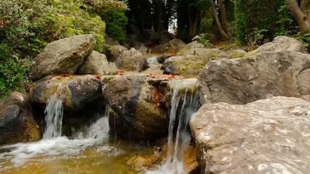 Horský vodopád v zahradě japonského umění